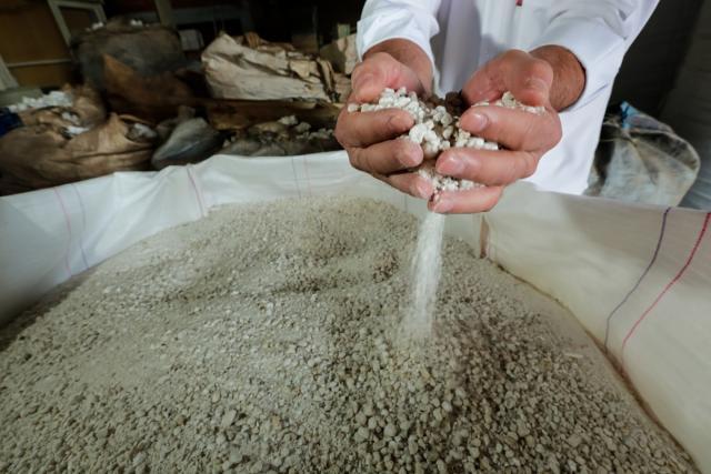 O poliestireno pode ser 100% reaproveitado. No processo de reciclagem, ele é triturado e volta a ser matéria-prima para a fabricação de produtos