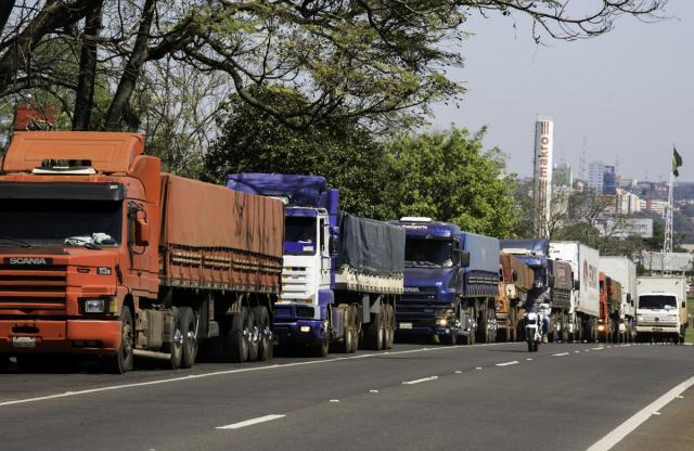 Caminhões parados refletem em prejuízos e demissões no transporte, logística e comércio exterior - Foto: Kiko Sierich