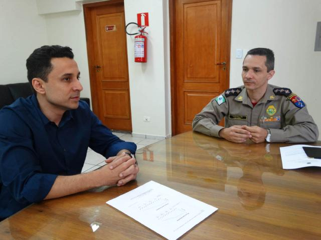 Leandro Teixeira Costa (ACIFI) e capitão Edson Leonel Rodrigues (9º Grupamento de Bombeiros) - Foto: Kiko Sierich